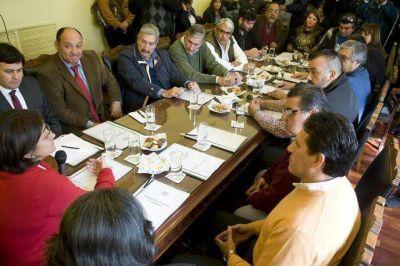 Avanza el diálogo para acordar la entrega de viviendas a través de los sindicatos