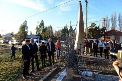 Buzzi y Jones inauguraron una escultura en honor al pueblo galés