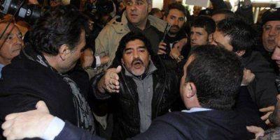 Peleado con Rocío Oliva, Diego Maradona se fue solo a Dubai