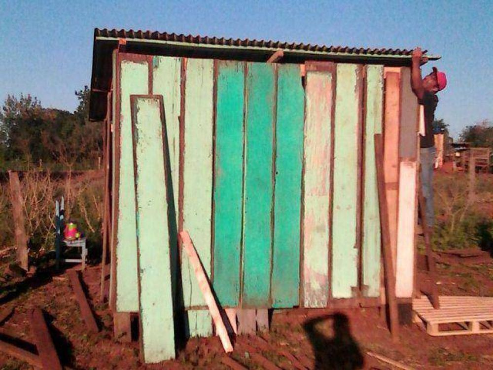 Servidores del Papa construyen vivienda a persona abandonada en Ypejhú