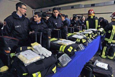 Peralta entregó trajes estructurales para bomberos de Río Gallegos