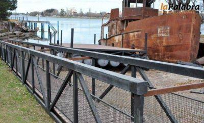 El pontón para la obra del Muelle Nacional, listo para ser emplazado