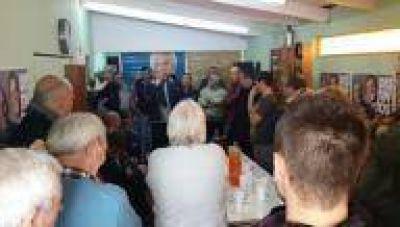 La Plata: Leguizamón en Los Hornos inaugurando un local y recorriendo