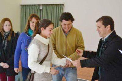 Germ�n Di C�sare entreg� becas a universitarios y secundarios en Comandante Otamendi