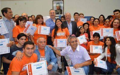Passalacqua entregó diplomas a más de 100 graduados de la Universidad Popular de Misiones
