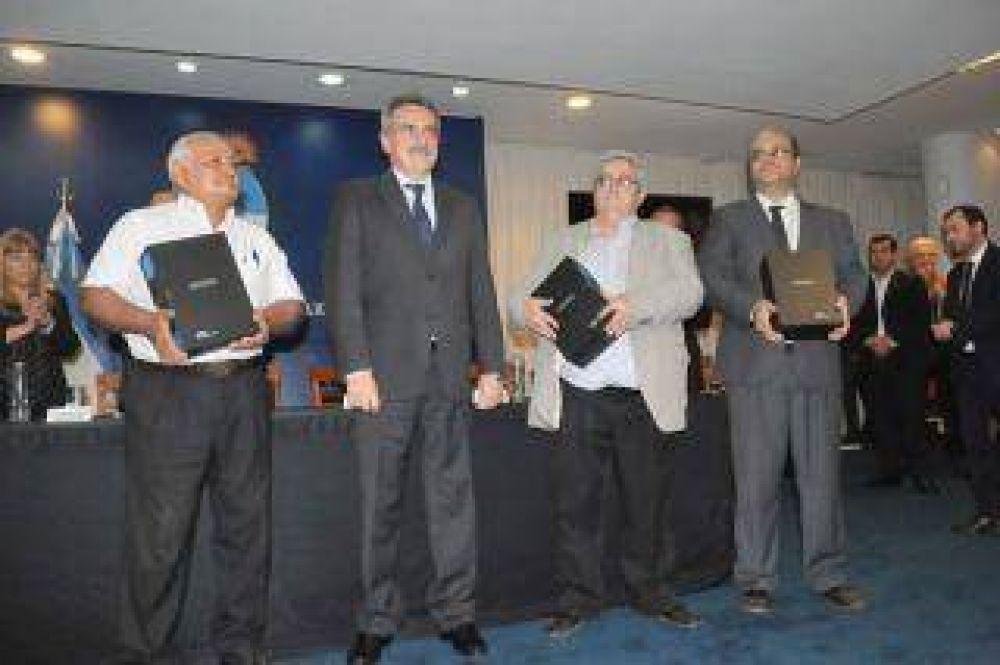 Agustín Rossi entregó al Poder Ejecutivo del Chaco copias de las actas de la dictadura