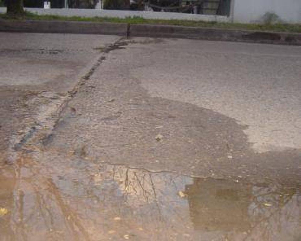 Siguen las quejas en diferentes barrios por los recurrentes derrames de agua