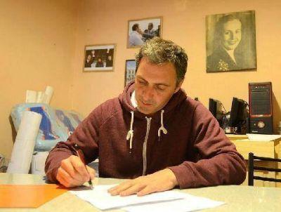 Ariel Notta firmó el acta compromiso con Inundados de Luján