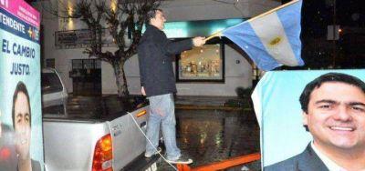 25 de Mayo: bajo la lluvia, el massista Di Salvo cerró la campaña con una caravana