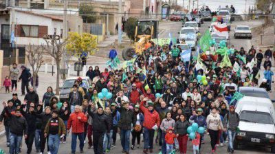Pérez Catán encabezó caminata por barrios de Trelew