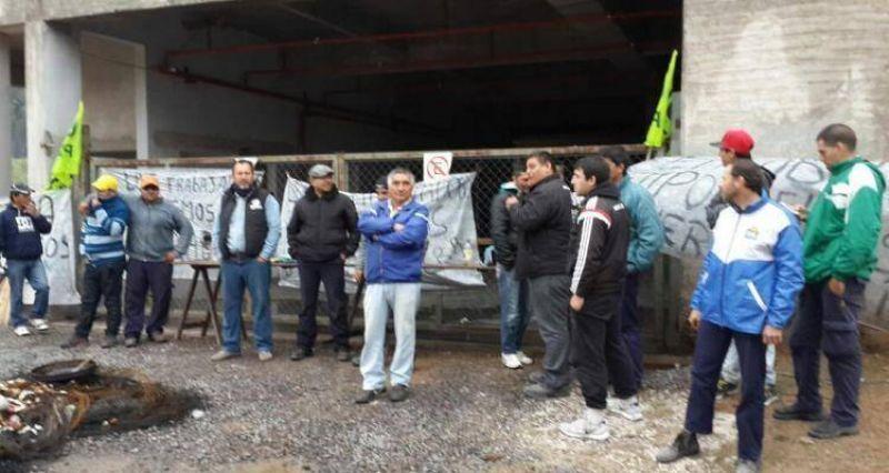 Pese al clima, trabajadores de UOCRA mantienen protesta en el hotel San Julián