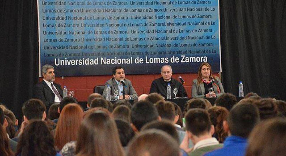 Mons. Lugones debatió la encíclica con alumnos secundarios