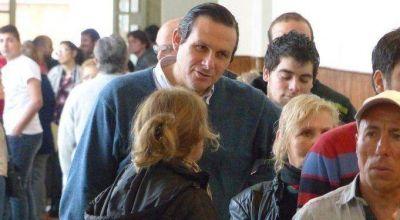 Votó el intendente de Dolores, Camilo Etchevarren