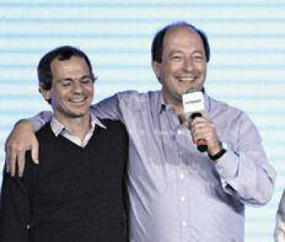 Con el consuelo de colgarse de Macri