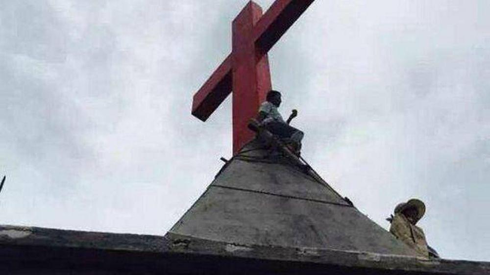 Un grupo de cristianos chinos llevan un mes en el techo de una iglesia para proteger su cruz