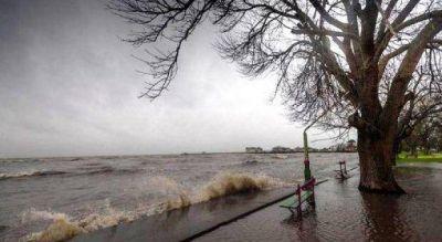 El Río de la Plata desbordó en la costa de Quilmes y continúa el alerta por la crecida