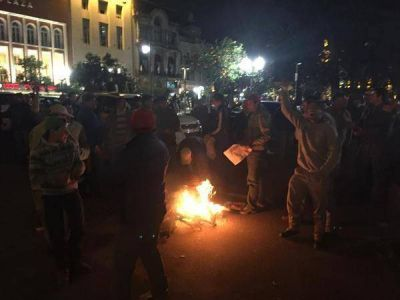 Productores agropecuarios protestan y se instalan en Plaza Independencia