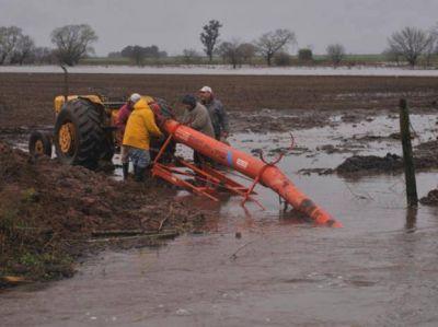 El avance de las aguas preocupa y hasta enfrenta a localidades hermanas