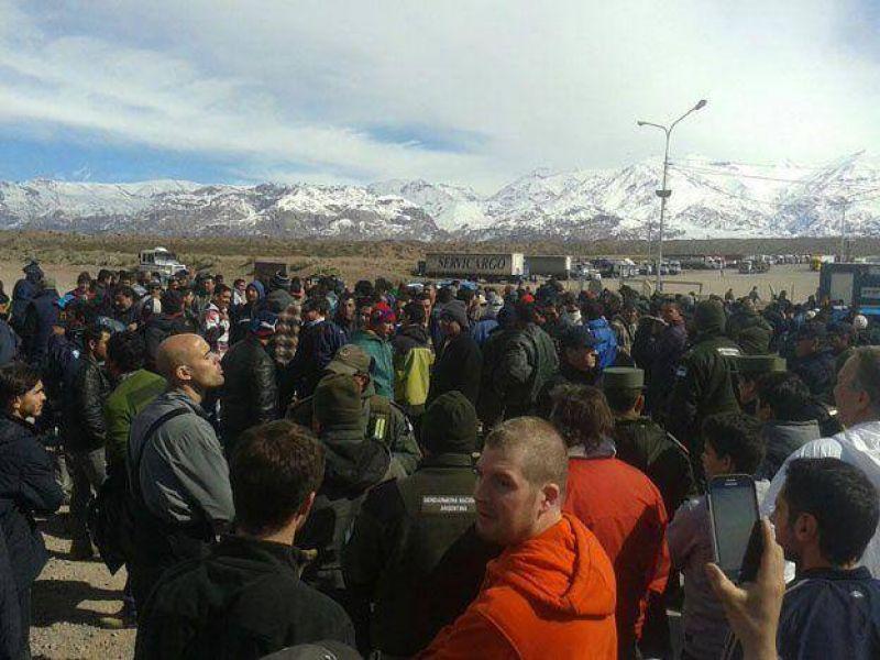 En medio de caos y peleas los camioneros cortaron la Ruta 7 en Uspallata y no dejaron pasar a turistas