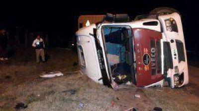 Volcó un camión con vacas y una de ellas provocó otro accidente