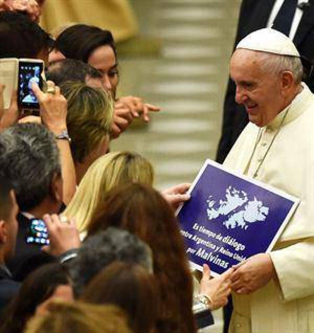 Fotografiaron al papa Francisco con un cartel que pide diálogo entre Argentina y el Reino Unido por Malvinas