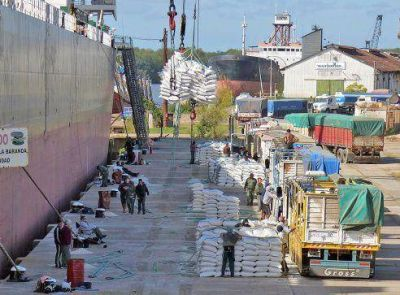 Urribarri dijo que en un mes se embarcarán 90 mil toneladas desde puertos entrerrianos