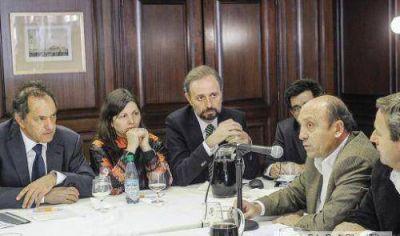 Scioli anunci� beneficios y firm� la emergencia agropecuaria provincial