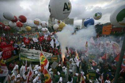 Organizaciones de izquierda, sindicatos y movimientos sociales marcharon en apoyo a Rousseff