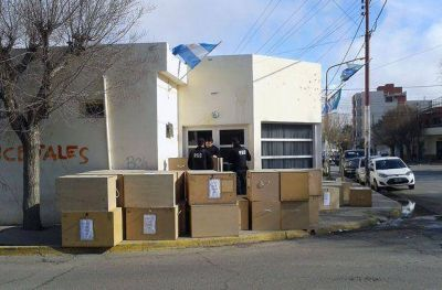 41 cajones con documentación municipal pasaron la noche afuera del HCD en Caleta Olivia