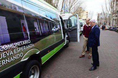 Andreotti presentó un minibús