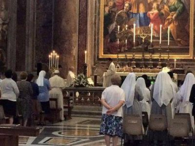 El Papa rompió el protocolo y participó de una misa como uno más