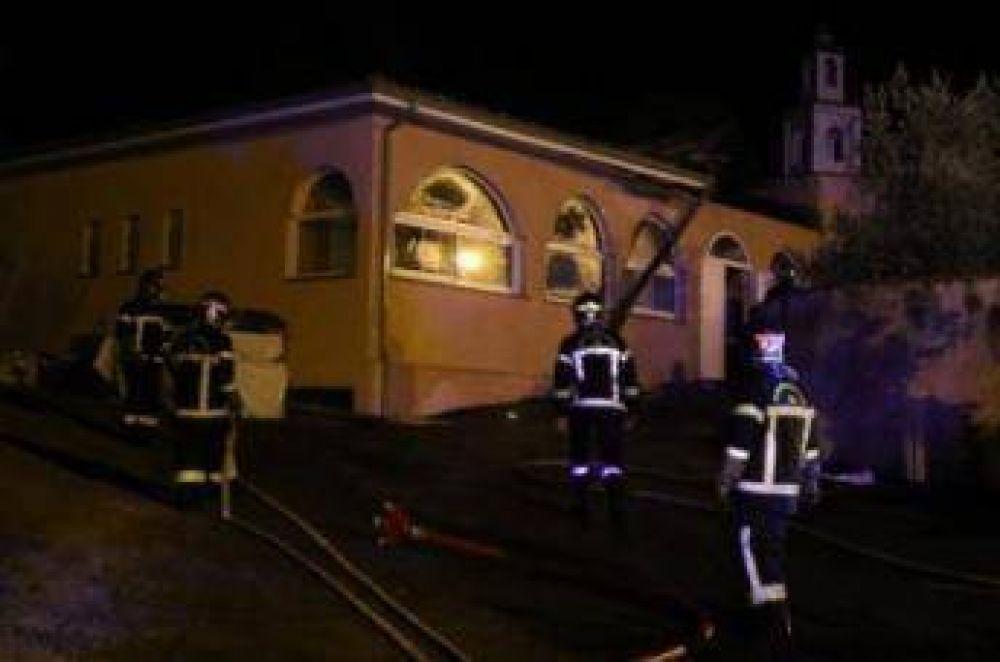 Mezquita completamente destruida por un incendio en Francia