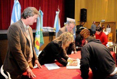 Más 500 familias firmaron las escrituras de sus hogares