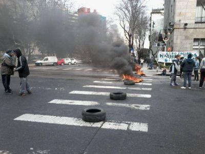 Nueva protesta con quema de neum�ticos frente al Municipio: pidieron viviendas