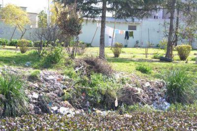Solicitan a los vecinos no arrojar basura en los canales