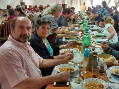 ¿En campaña?: los políticos compartieron los ñoquis del domingo con los jubilados