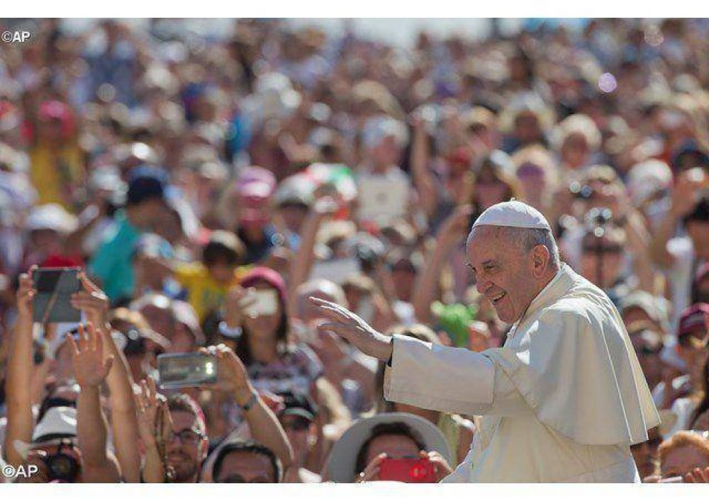 El flujo de un estilo familiar devuelve la esperanza, el Papa en la catequesis