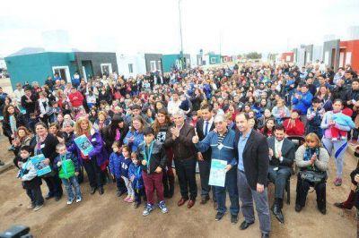 El gobernador Poggi entregó las viviendas a 74 familias en La Punta