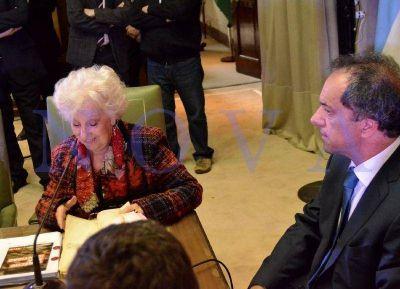 Scioli encabezó acto con Estela de Carlotto, quien le dio su apoyo: