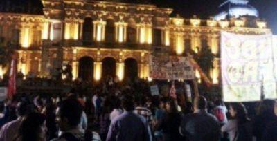 Unas 200 personas se volvieron a manifestar en plaza Independencia
