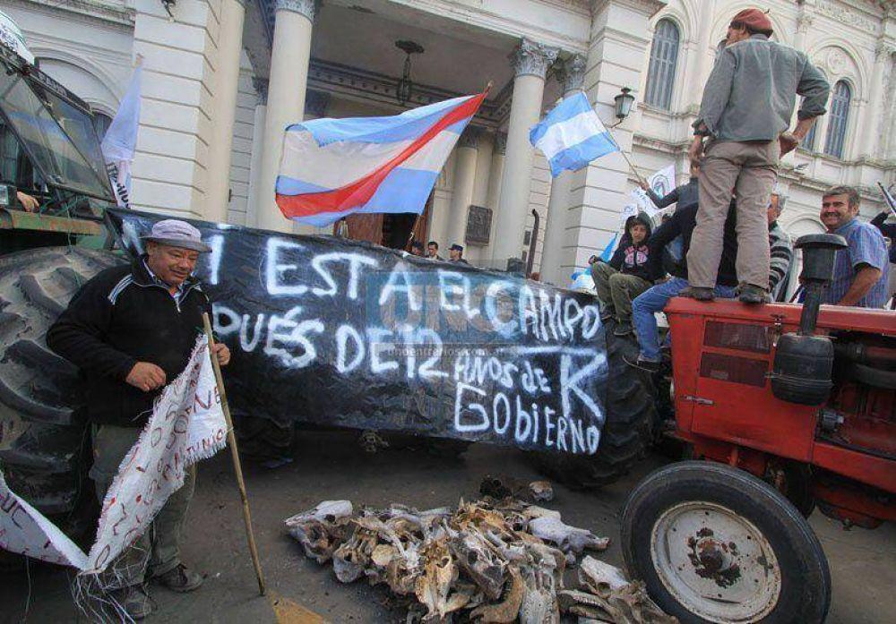 Los tractores se quedan en Casa de Gobierno hasta el lunes, cuando Urribarri recibirá a los productores