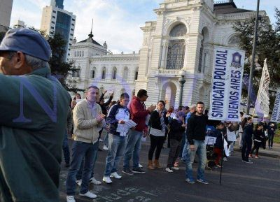 Policías bonaerenses se movilizaron en La Plata para reclamar