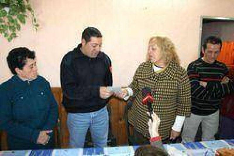 La Intendente entregó un subsidio a la Sociedad de Fomento del Barrio Santa Lucía.