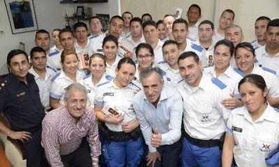 Jesus Cariglino entregó equipos de comunicación para la Policía Local malvinense