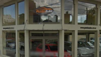 Robaron 20 mil pesos de una concesionaria y huyeron con dos autos a la venta