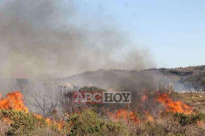 Importante incendio afect� Villa del Lago y puso en riesgo viviendas