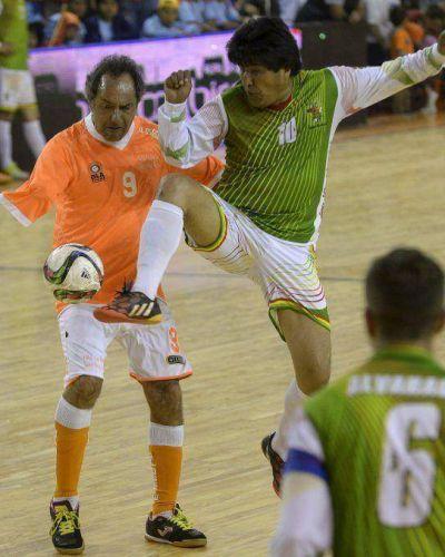 Evo Morales y Daniel Scioli jugaron un partido de fútbol en Villa La Ñata