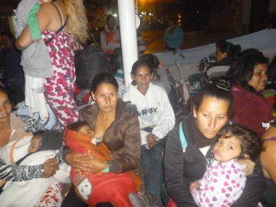"""La infantería reprimió a """"Madres sin Techo"""" que pretendían reclamar en Casa de Gobierno"""