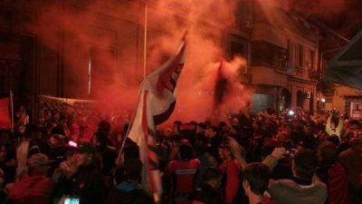Los hinchas de Patronato realizaron un banderazo en apoyo al plantel