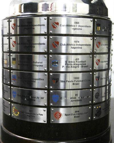 Conoc� en detalle el trofeo original de la Copa Libertadores y las chapitas de los campeones